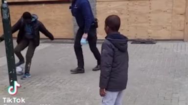 Des policiers bruxellois jouent au football avec des jeunes et font le buzz