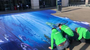 Greenpeace devant la tour des Finances contre l'exploitation minière en eaux profondes