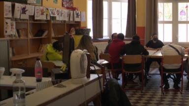 Voyage scolaire clandestin dans une école à Forest : le sort des deux professeurs en suspens