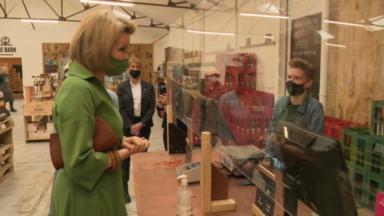 Jette : la reine Mathilde en visite au magasin bio The Barn