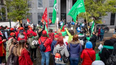 Petite enfance : le secteur manifeste devant le siège de la Fédération Wallonie-Bruxelles
