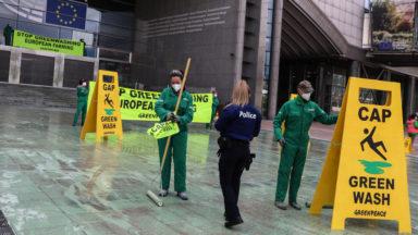 """Greenpeace arrose le Parlement européen de vert contre le """"greenwashing"""""""