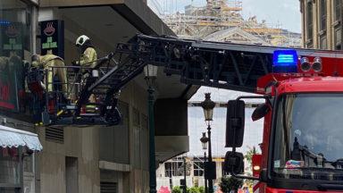 Bruxelles-Ville : une enseigne, qui menaçait de tomber, décrochée par les pompiers