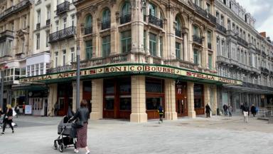 Le Grand Café, sur la place de la Bourse, retrouve sa marquise, copie de celle d'antan