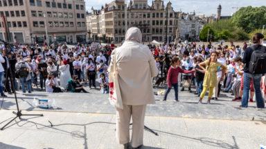 """Les """"madrés"""" manifestent contre les violences policières sur les jeunes"""