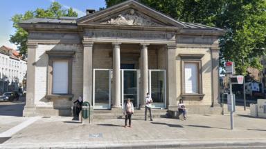 Bruxelles-Ville : les plexiglas anti-SDF de la Porte d'Anderlecht déclarés illégaux
