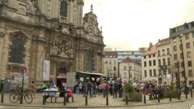 Une centaine de personnes manifestent en soutien aux sans-papiers devant l'Eglise du Béguinage
