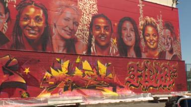 Amal Amjahid, Justine Henin et d'autres sportives s'affichent sur les murs du centre sportif d'Ixelles