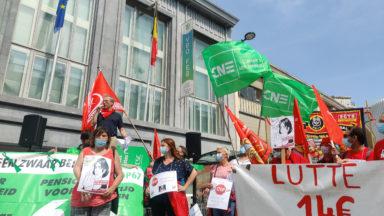 """""""On mérite plus que 0,4%"""" : 400 personnes protestent à Bruxelles contre la norme salariale"""