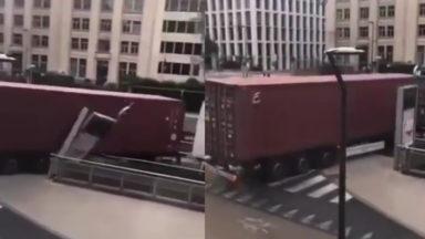 Un camion rate sa manoeuvre… et emporte l'enseigne de la station Arts-Loi