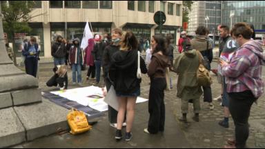 Des élèves du secondaire manifestent contre les règlements discriminants