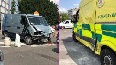 Schaerbeek : une ambulance percutée par une camionnette, deux ambulanciers blessés