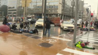 """Les défenseurs des sans-papiers tirent la sonnette d'alarme : """"La vie des grévistes ne tient plus qu'à un fil"""""""