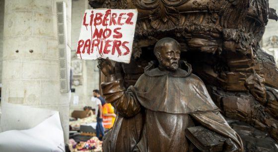 Sans-Papiers Grève de la faim Panneau Église du Béguinage - Belga Hatim Kaghat.jpg