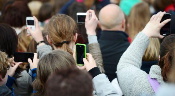 Téléphones GSM Foule - Illustration Belga Yorick Jansens