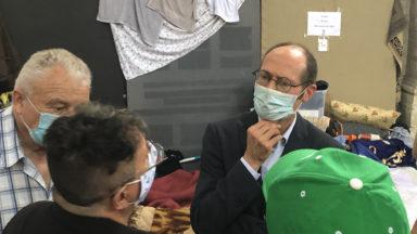 Le rapporteur de l'ONU Olivier De Schutter visite les grévistes à l'église du Béguinage