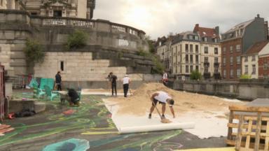 Des jeunes des Marolles façonnent une plage sur les rampes du Palais de Justice