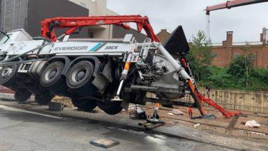 Etterbeek : un camion de chantier en déséquilibre