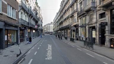 Des artistes bruxellois émergents s'infiltrent dans les vitrines inoccupées du centre-ville