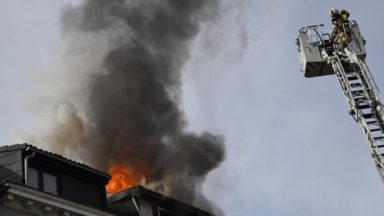 Incendie dans une mansarde à Molenbeek : deux occupants emmenés à l'hôpital