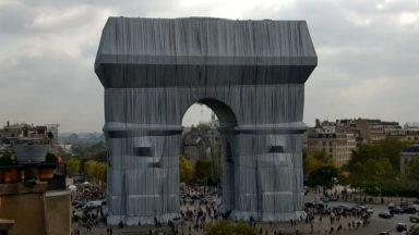 Christo emballe l'Arc de Triomphe à Paris… et Bruxelles s'en inspire