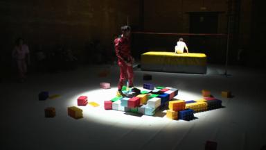 Un spectacle mêlant danseurs, athlètes et personnes âgées au théâtre de la Balsamine