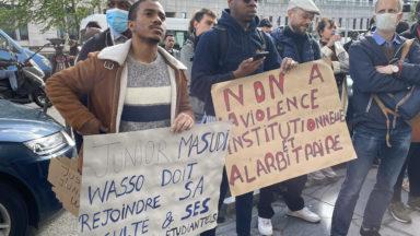 Une quarantaine de personnes célèbrent la libération de Junior Masudi Wasso devant l'Office des étrangers
