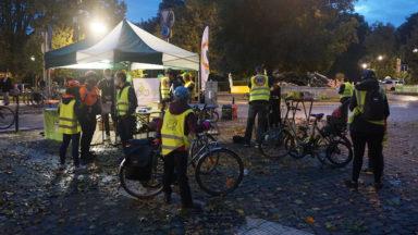Dix communes bruxelloises distribueront des kits d'éclairage aux cyclistes ce jeudi