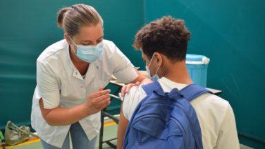 """70% des Bruxellois majeurs ont eu une 1re dose du vaccin mais la Cocom prévient : """"On est au début de la 4e vague"""""""