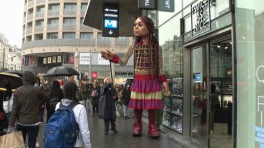 Amal, une marionnette géante, traverse l'Europe pour sensibiliser à l'accueil des réfugiés